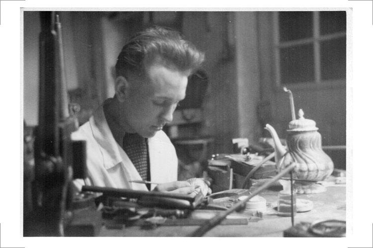 01 Günter Reißmann 1950 bei der Firma Kotte, Zeitz (im Bild: Teekanne, Silber, Dresdener Hofmuster)