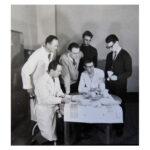 02 Mitarbeiter am Institut für Entwurf und Entwicklung Hochschule für industrielle Formgestaltung Burg Giebichenstein Halle 1959, (Foto: Danz), v.l.n.r. Heinz Barth, Günter Reißmann, Horst Giese, Manfred Heintze, Albert Krause, Martin Kelm
