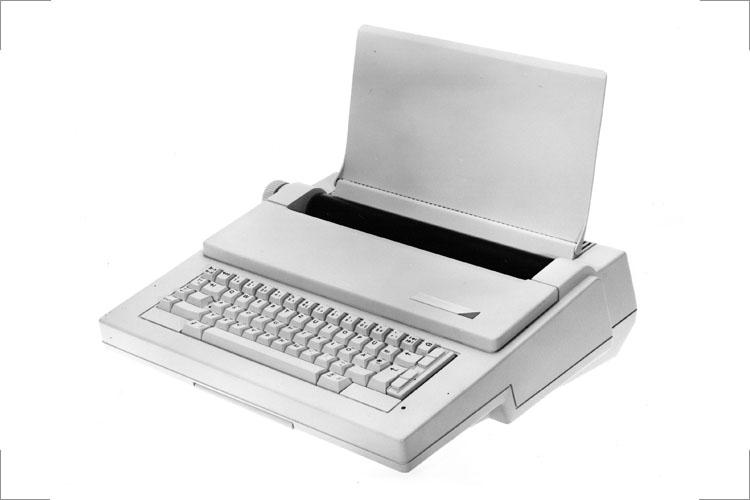 """Elektronische Kleinschreibmaschine """"erika 3004"""" _ S 3010 , Modell 1:1, BerlinFoto 4c, 1988 89, 1990 Gutes Design"""