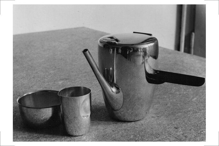 06 Günter Reißmann, Teekännchen mit Milchkännchen und Zuckerschale, 1957, Silber aufgezogen, stahlpoliert