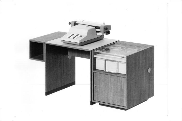 modulares Büromöbelsystem, furnierte Spanplatte mit Lochbandleser und -stanzer, 1972 73, Foto Georg Eckelt, 10a: Neg.-Nr. 12 1561