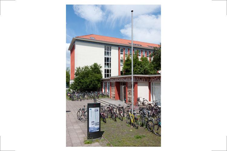 Eingang der Kunsthochschule Berlin Weißensee, Foto: Kristina Straus; Signet der Kunsthochschule KHB von Friedrich Porsdorf