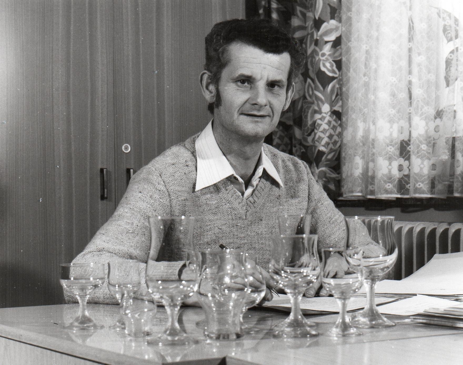 Porträt Schäfer mit Gläsern der Serie Karat