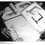 Konstrukteur Briefwaage zeichnend